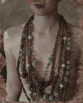 Flicka med många halsband